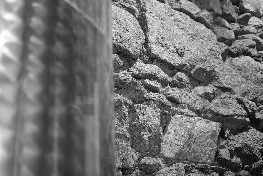 cuve en inox adossée à la muraille dans la cave Carl