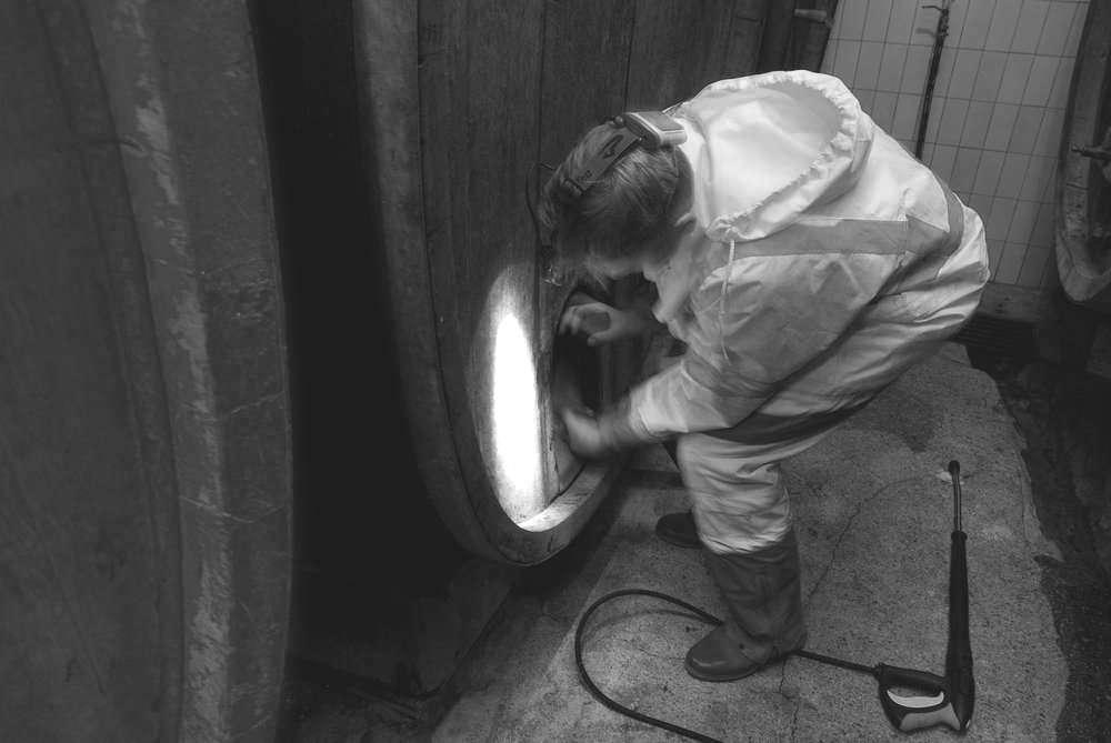 ouverture d'un tonneau en bois avant nettoyage