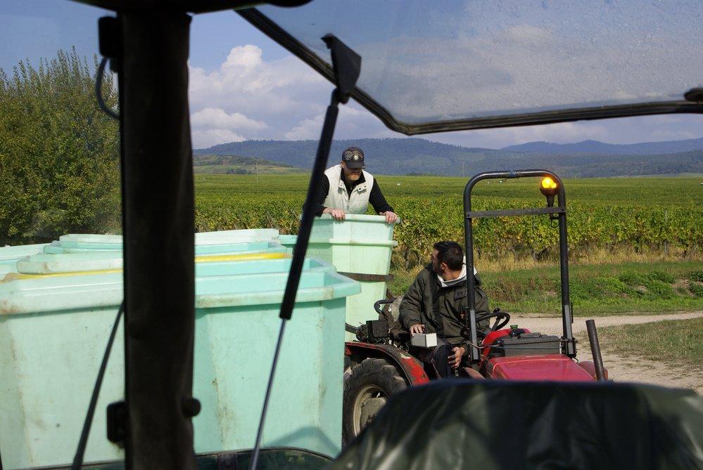 dépose d'une cuve sur la remorque; vue du tracteur