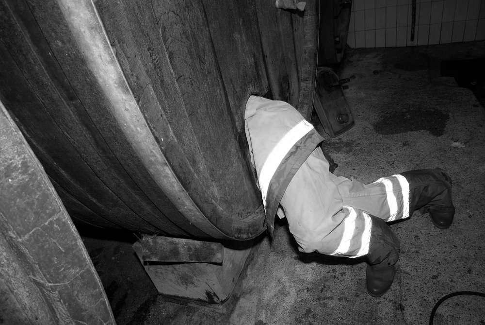 jambes dépassant d'un tonneau dans la cave Carl