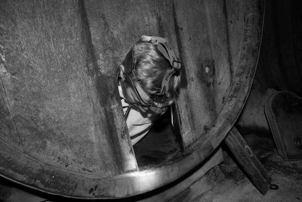 Olivier Carl, viticulteur ressortant d'un tonneau